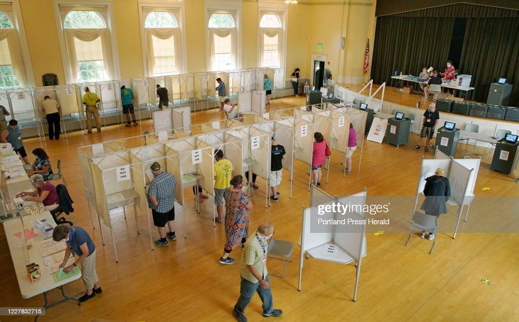 Voting in Kennebunk : News Photo