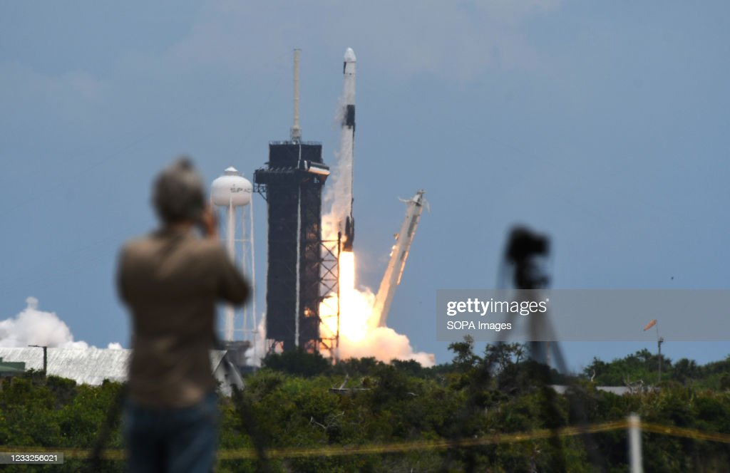 A SpaceX Falcon 9 rocket with a Dragon 2 spacecraft carrying... : ニュース写真