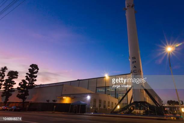 長時間露光ショットとしてホーソーン カリフォルニア spacex 社本社 - spacex ストックフォトと画像