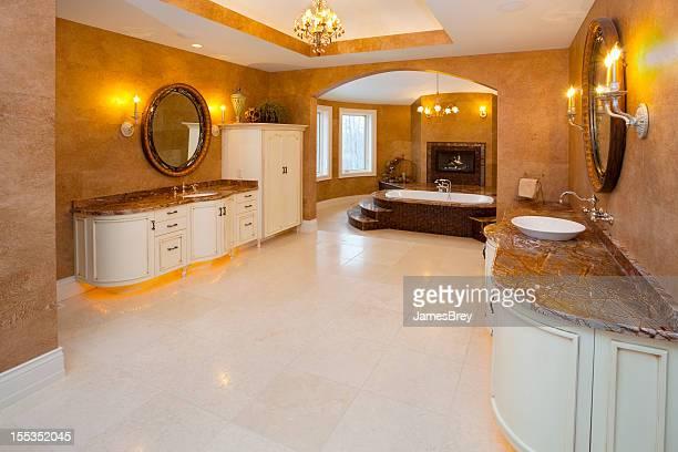 Spacieuse, salle de bains principale avec face de comptoirs en marbre avec lavabo, une baignoire Spa avec bain à remous