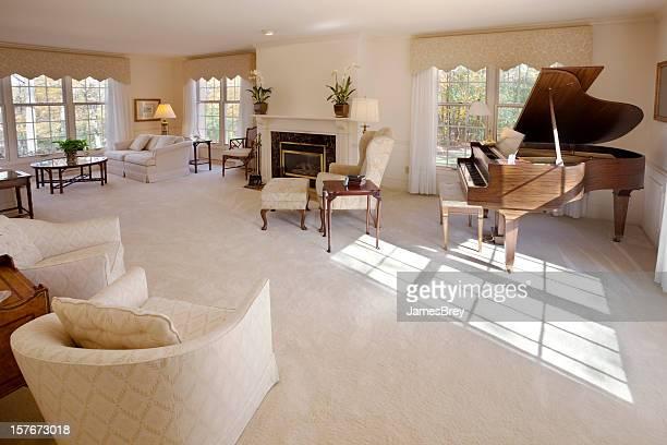 Spazio luminoso soggiorno con pianoforte