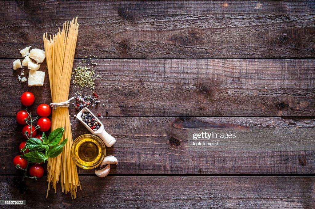 Spagetti mit Zutaten auf rustikalen Holztisch : Stock-Foto