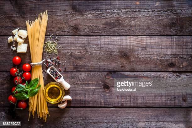 Spagetti mit Zutaten auf rustikalen Holztisch