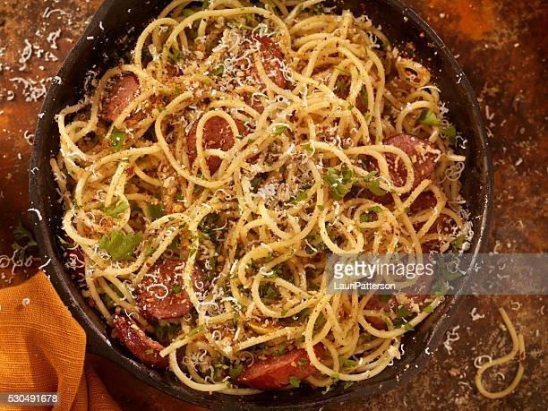 Espagueti Aglio e Olio con salchichas y queso parmesano