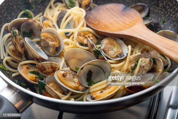 spaghetti alle vongole - tempio pausania stock pictures, royalty-free photos & images