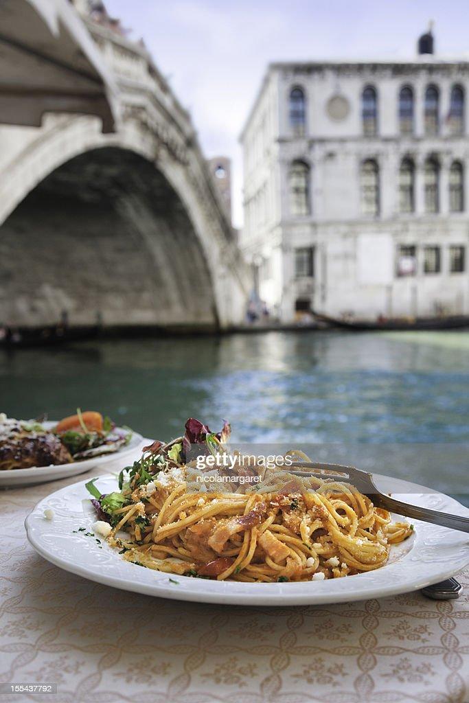 Spaghetti an der Rialto-Brücke, Venedig. : Stock-Foto