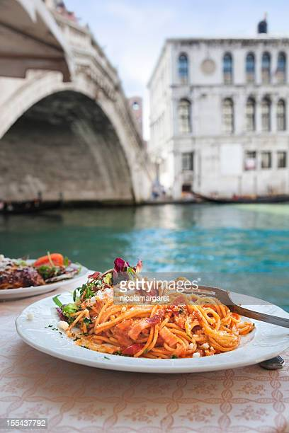 spaghetti at the rialto bridge, venice. - italien bildbanksfoton och bilder