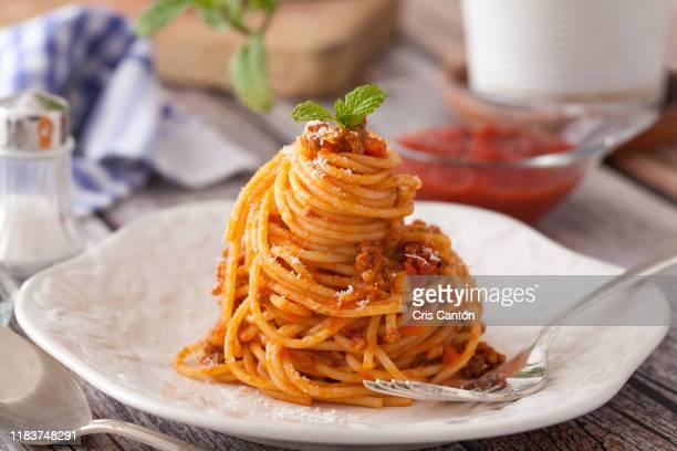 spaghetti bolognese - plato vajilla fotografías e imágenes de stock