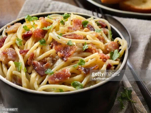 spaghetti carbonara - noodle foto e immagini stock