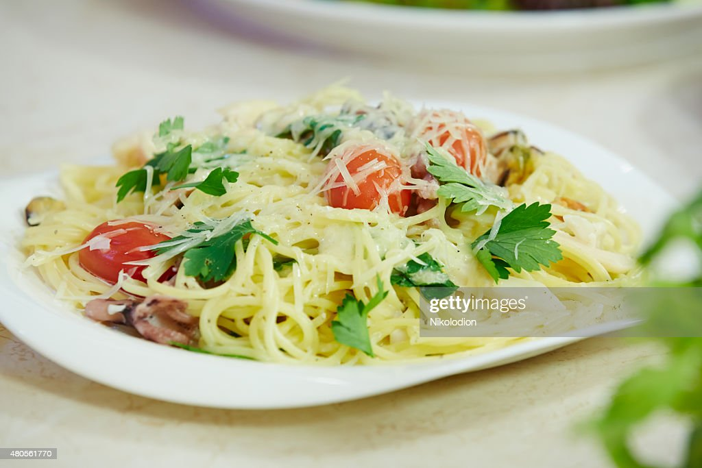 Spaghetti with cherry tomatoes and parsley : Stock Photo