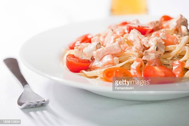 Spaghetti avec de la crème, saumon et à la tomate