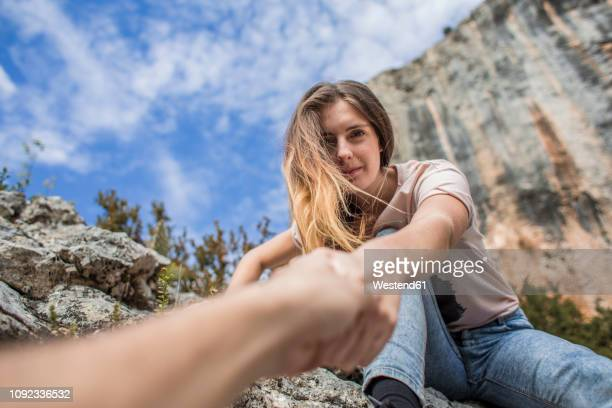 spain, alquezar, young woman on a hiking trip giving a helping hand - mithilfe stock-fotos und bilder