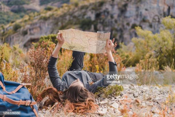 spain, alquezar, young woman with hiking map in nature - aragon fotografías e imágenes de stock