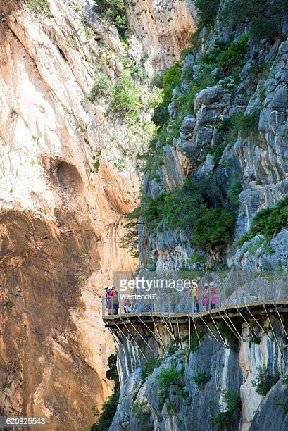 spain, ardales, tourists walking along the king's little pathway - caminito del rey fotografías e imágenes de stock