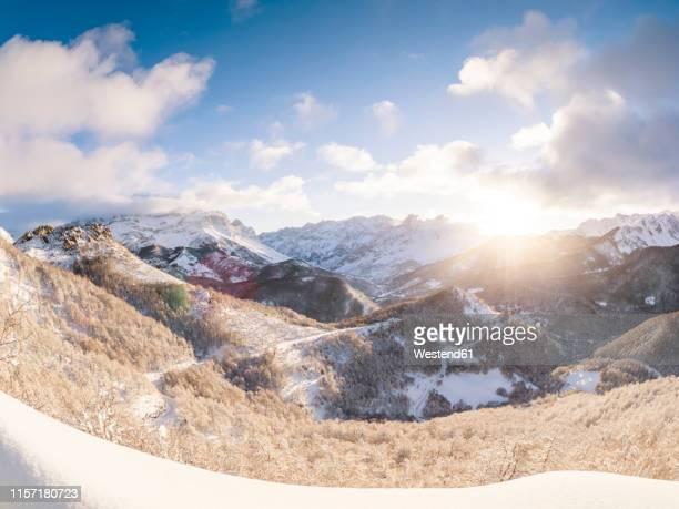 spain, asturia, picos de europa, mirador de piedrashistas, mountainscape in winter - león province spain stock pictures, royalty-free photos & images