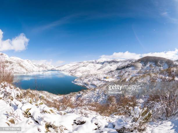 spain, asturia, picos de europa, riano, embalse de riano reservoir in winter - león province spain stock pictures, royalty-free photos & images