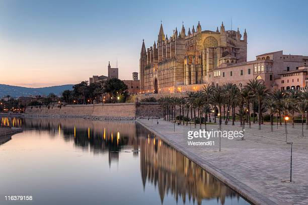 spain, balearic islands, majorca, palma de mallorca, parc de mar, cathedral la seu - palma majorca stock photos and pictures