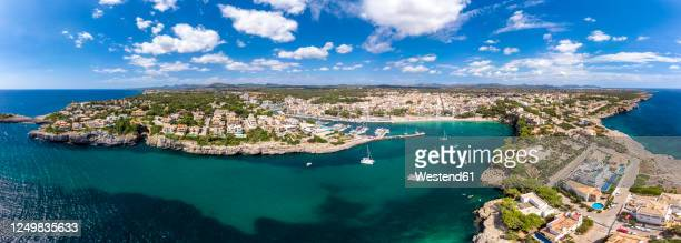 spain, balearic islands, mallorca, porto cristo, panorama of coastal town in summer - manacor stock pictures, royalty-free photos & images