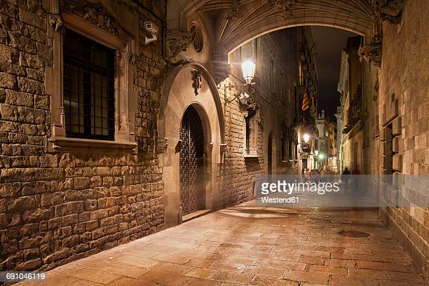 spain, barcelona, barri gotic at night - old town stock pictures, royalty-free photos & images