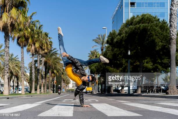 spain, barcelona, man in the city doing a handstand on the street - acrobatic activity stock pictures, royalty-free photos & images