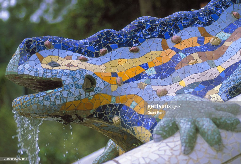 Spain, Barcelona, mosaic Fountain lizard at Guell park : Stockfoto