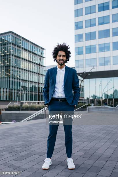 spain, barcelona, portrait of stylish young businessman standing in the city - cadrage en pied photos et images de collection