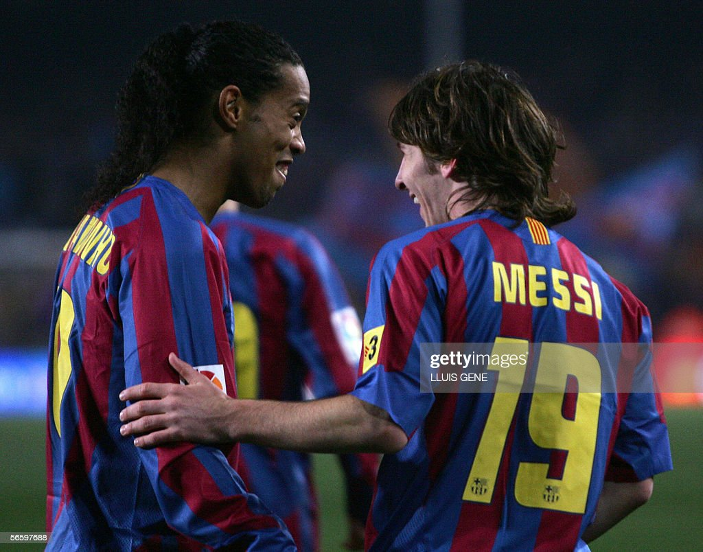 Barcelona's Argentinian Leo Messi (R) ce : News Photo