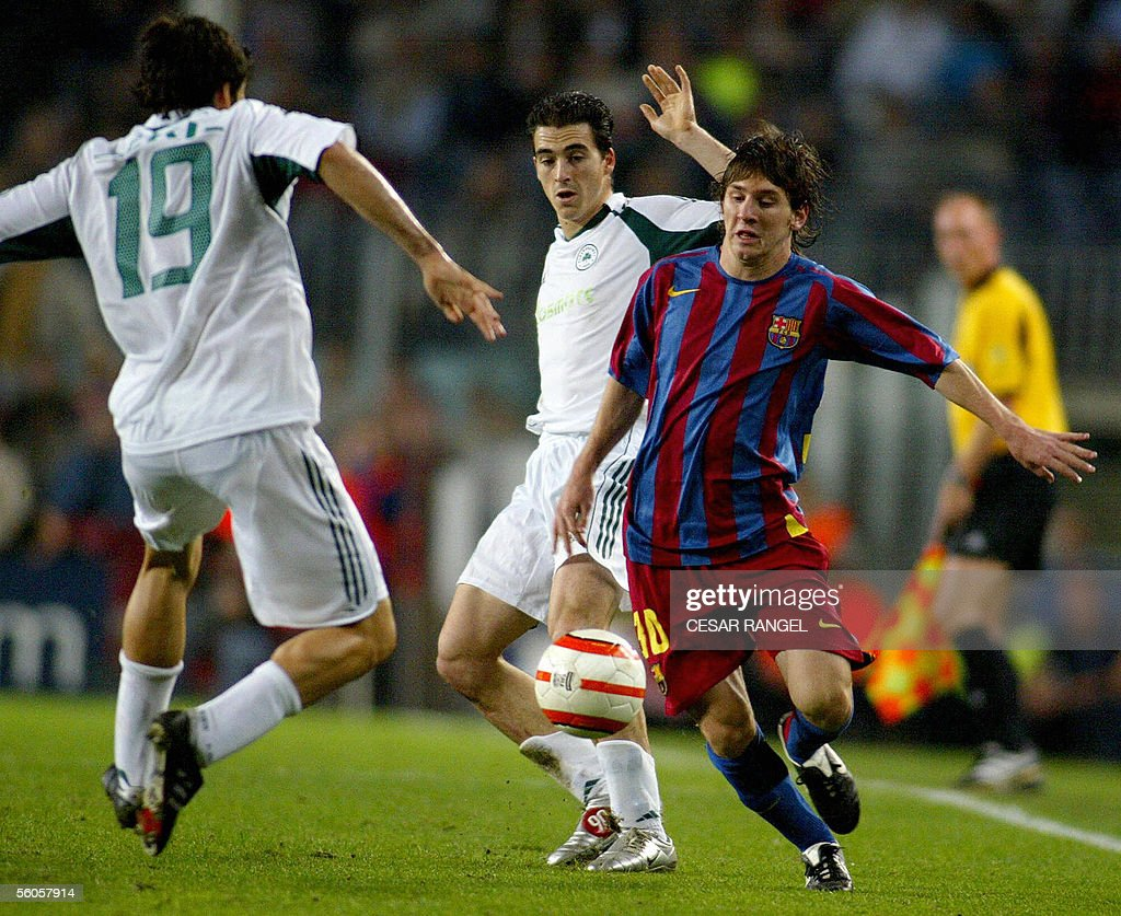 Barcelona's Lionel Messi (R) vies with P : News Photo