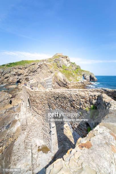 spain, basque country, san juan de gaztelugatxe, view of islet and bridge with copy space - francesco riccardo iacomino spain foto e immagini stock