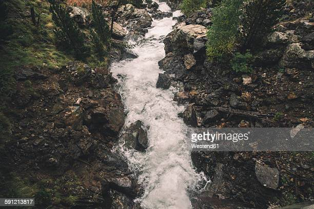 spain, benasque, streaming of a river - riverbank - fotografias e filmes do acervo