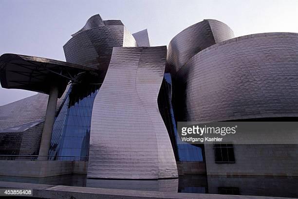 Spain, Bilbao, Guggenheim Museum , Pond.