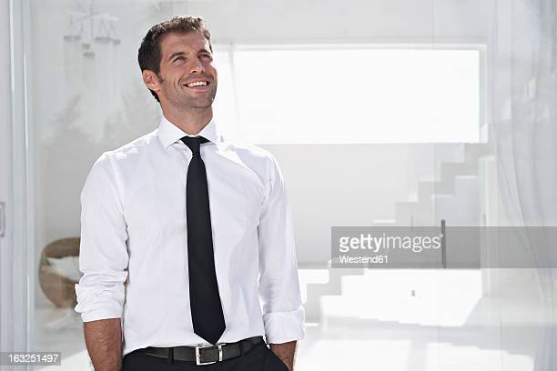 spain, businessman thinking, smiling - camisa branca - fotografias e filmes do acervo