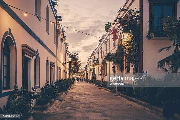 Spain, Canary Islands, Gran Canaria, Puerto de Mogan, alley at dusk