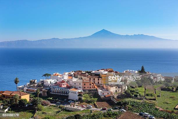 spain, canary islands, la gomera, agulo, teneriffa island with pico del teide in the background - isla de tenerife fotografías e imágenes de stock