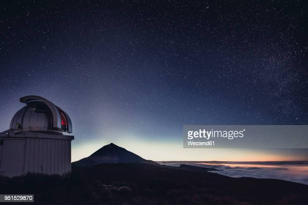 spain, canary islands, tenerife, teide observatory at night - isla de tenerife fotografías e imágenes de stock