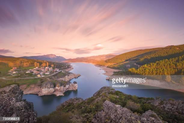 spain, castilla y leon, palencia, scenic sunset at lake camporredondo - カスティーリャレオン ストックフォトと画像
