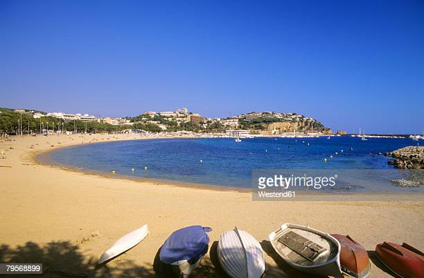 Spain, Catalonia, Costa Brava, sandy beach on coastline