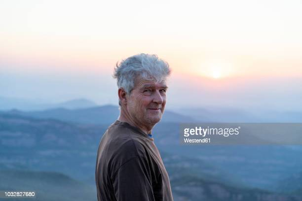 spain, catalonia, man looking at sunset in the mountains - hombres mayores fotografías e imágenes de stock