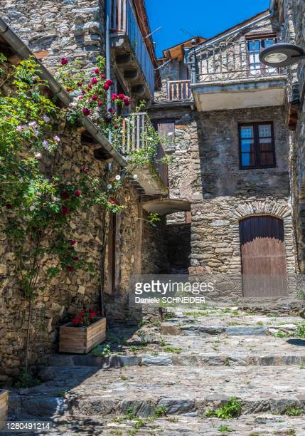 spain, catalonia, pyrenees, vall de nuria, village of queralbs (10th century) - 石造りの家 ストックフォトと画像