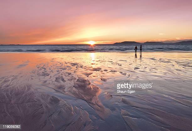 spain, galicia, carnota, couple at beach - comunidad autónoma de galicia fotografías e imágenes de stock