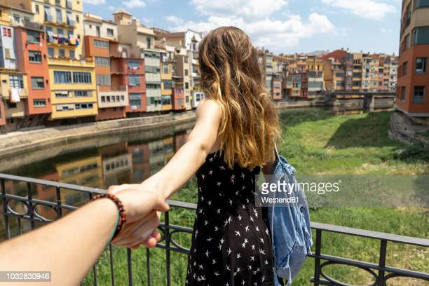 spain, girona, woman holding man's hand exploring in the city - seguir atividade móvel - fotografias e filmes do acervo