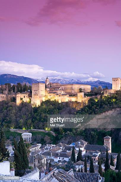 spain, granada, view over alhambra, sierra nevada in background - granada provincia de granada fotografías e imágenes de stock