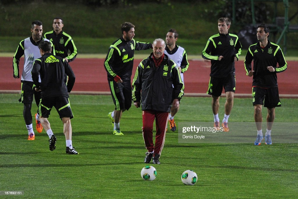 Spain head coach Vicente del Bosque (C) oversees a training session ahead of their international friendly against Equatorial Guinea on November 13, 2013 in Las Rozas, Spain.