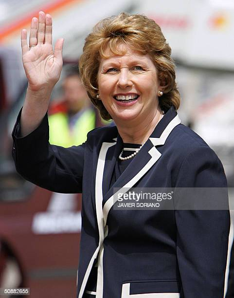 Irish President Mary McAleese waves to photographers upon her arrival at Madrid's Barajas airport 21 May 2004 on the eve of Spanish Crown Prince...