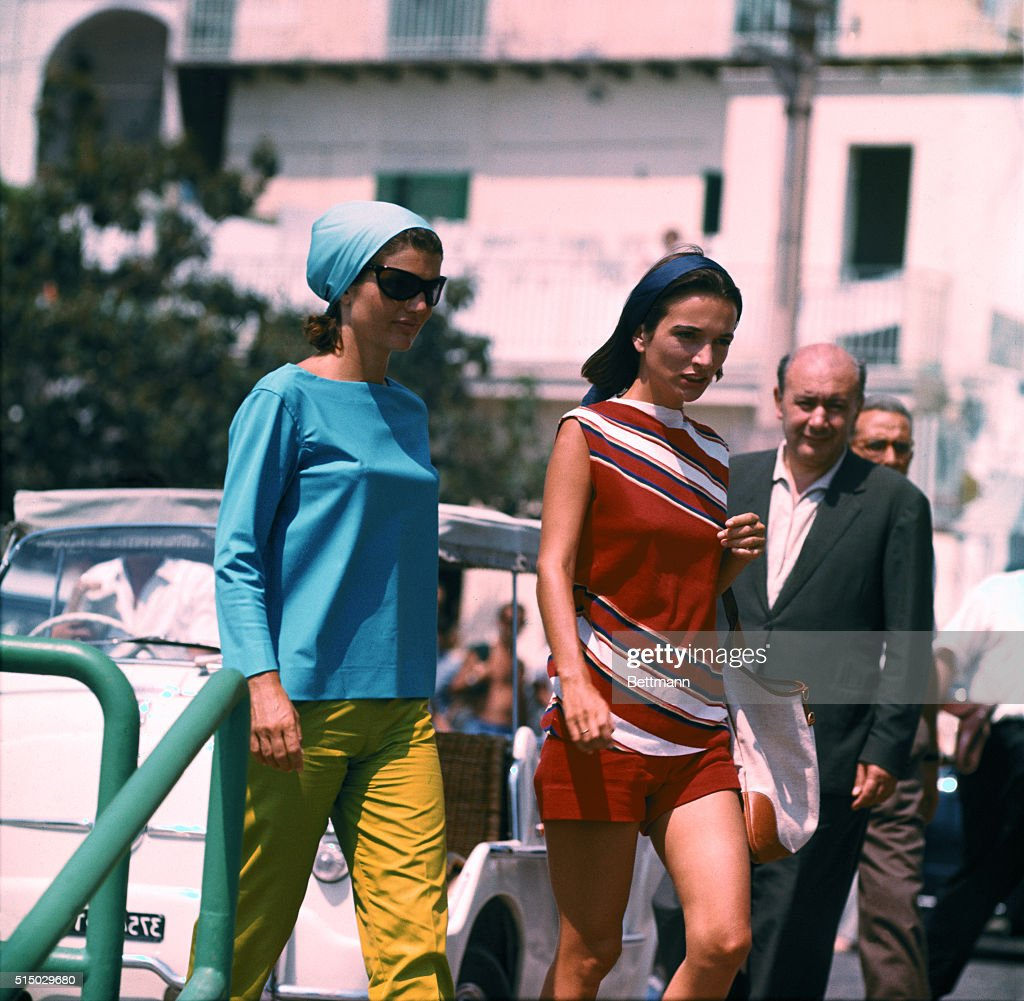 Jacqueline Kennedy with Sister Lee Radziwill on Pier : News Photo