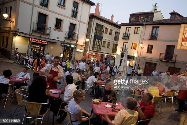Spain, Leon, outdoor cafe at night