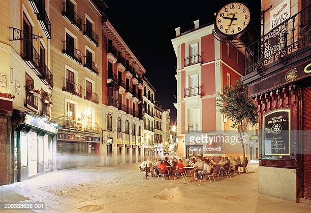spain, madrid, calle de  postas, people sitting outside restaurant - madrid stock-fotos und bilder