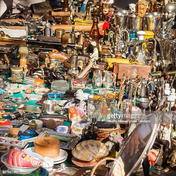 spain, madrid, el rastro flea market - old items - oudheden stockfoto's en -beelden