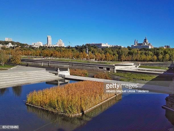 spain, madrid,  madrid rio - manzanares river and cityscape - catedral de la almudena fotografías e imágenes de stock