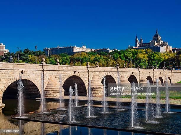 spain, madrid,  madrid rio - puente de segovia - アルムデナ大聖堂 ストックフォトと画像
